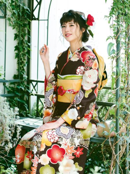 振袖コレクションNO:K223/シックに決まる茶色の振袖。色とりどりの梅模様が凛とした女性へと導いてくれる。可愛らしさと大人っぽさを兼ね備えた一着。