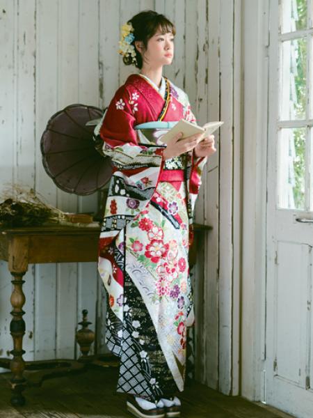 振袖コレクションNO:M901/赤地に映える熨斗柄が格調高い雰囲気に。正面と胸元に刺繍で施された手毬がポイント。王道な古典柄の振袖を綺麗に着こなして。