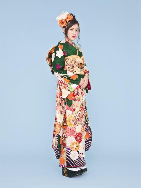 振袖コレクションNO:K221/落ち着いたグリーンの振袖は人気の旬カラー。四季折々の花模様や、個性的な矢羽模様、裾や袖の流水模様が正統派古典のスタイルに。