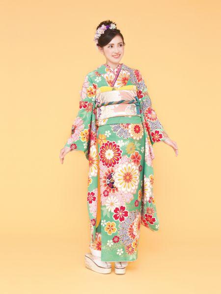 振袖コレクションNO:K210/爽やかなミントブルーに大輪のオレンジの花が散りばめられた可愛らしいデザイン。流行のレトロポップを意識した新鮮な一着に。