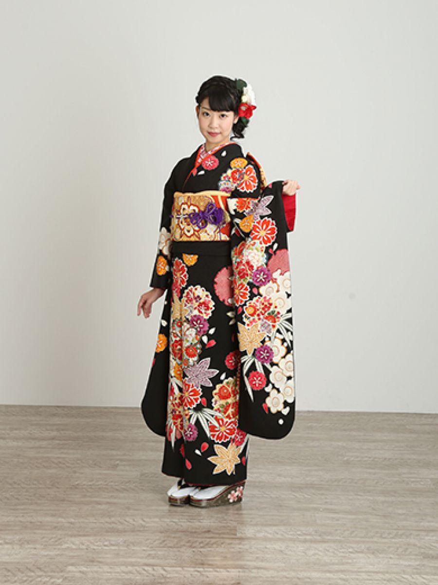 振袖コレクションNO:M705/有彩色をもっと引き立てる黒地に、ポップなビタミンカラーで描かれた桜と紅葉のダイナミックな柄が新鮮。きりりとした振袖美人を演出。