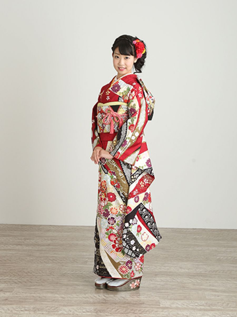 振袖コレクションNO:M901/深紅の古典柄は永遠の憧れ。熨斗に手鞠と花々が流れる愛らしい柄を、黒の疋田文様がちょっぴり大人っぽく引き締め、二十歳らしい等身大の装いを完成。