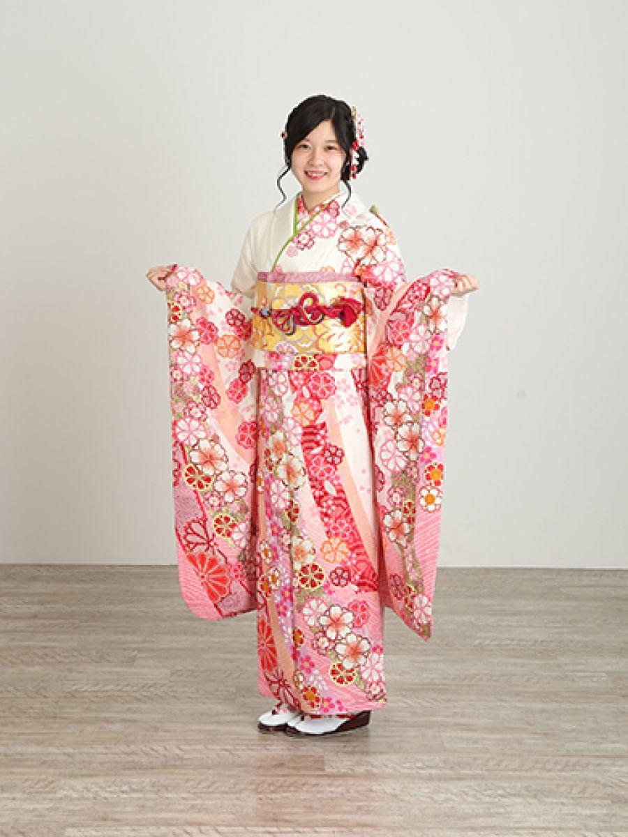 振袖コレクションNO:M907/甘いピンク色に染まった桜づくしの鹿子模様。 金糸が引き立つ上品さと大人可愛らしさを演出。