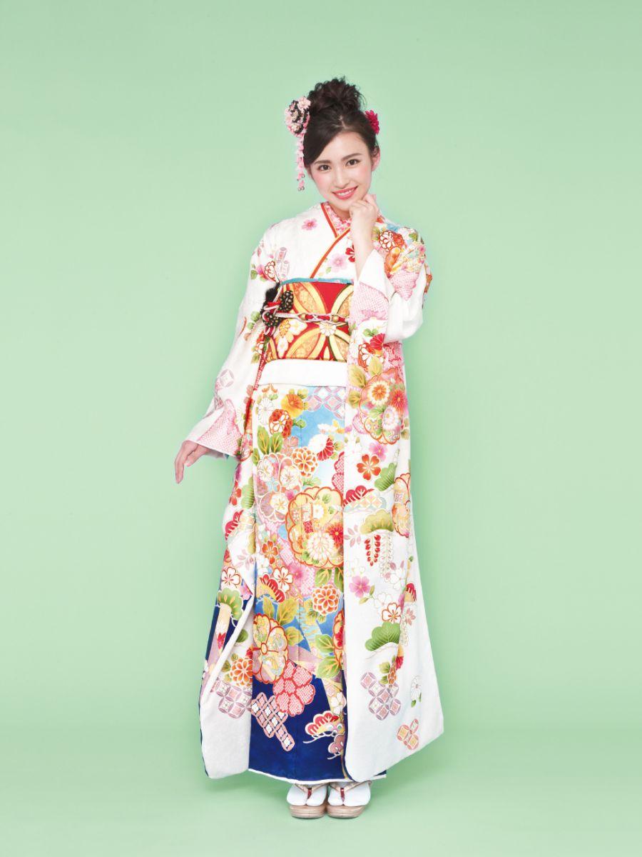 振袖コレクションNO:K218/白から青のグラデーションが凛とした女性の雰囲気を感じさせる振袖。桜や松が色鮮やかに描かれ、二十歳の門出を華やかに祝福する一着。