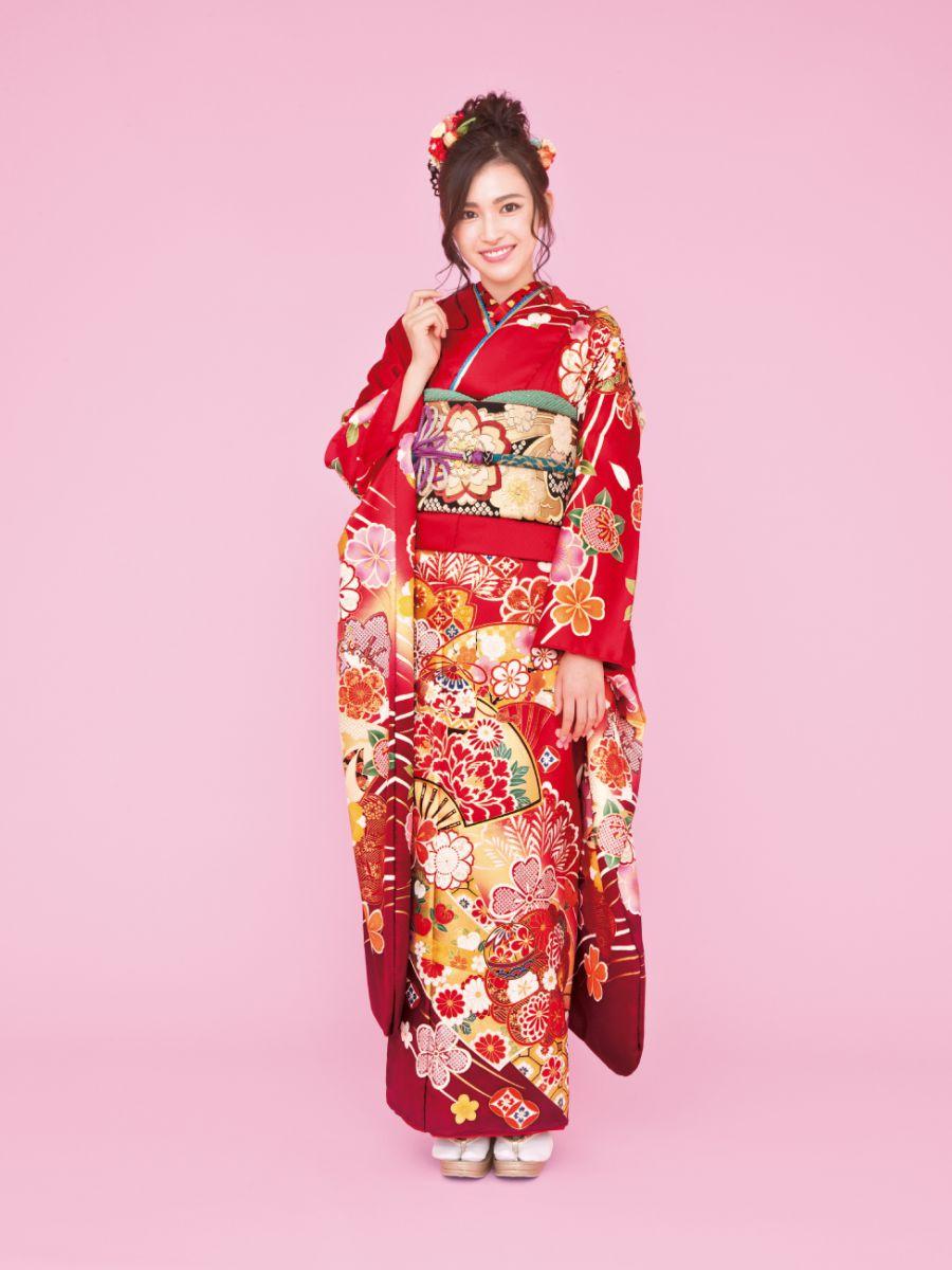 振袖コレクションNO:K215/扇面が大きく描かれ印象的な一着。桜模様をはじめ、鞠や松も彩られた正統派古典柄を身にまとい、想い出の一日を艶やかに。