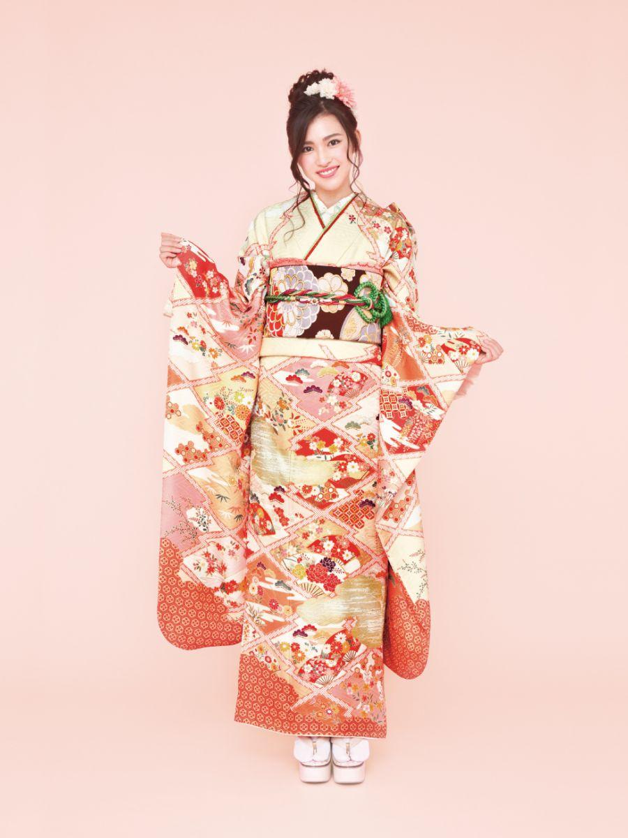 振袖コレクションNO:N103/花々の風情が持つ詩のような美しさを文様化した上品な一着。光沢のある綸子地に描かれた松皮菱と扇、四季の花が個性的。やわらかな色合いで優しい雰囲気。