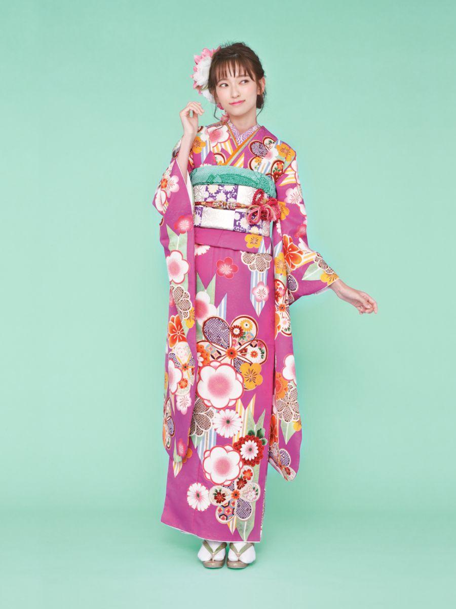 振袖コレクションNO:K211/人目をひくチェリーピンクの地色に矢羽模様や梅柄がポップに描かれた、個性的なデザイン。市松模様の帯を合わせてモダンガールな着こなしを。