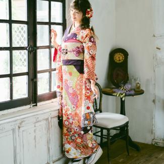 振袖NO:K225/紫地に総絞りと、まさに伝統美溢れる一着。金色の帯を合わせ正統派に着こなし、二十歳の節目にふさわしい着物美人に。
