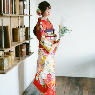 振袖NO:K103/大ぶりの牡丹に大正浪漫が薫る振袖。日本の伝統色である鮮やかな朱の地色は、まさに晴れの日のイメージにピッタリ!