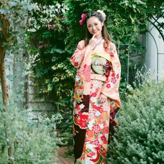 振袖NO:K202/桃色から海老茶へと変化するクラシカルな配色がすらりとした着姿を演出。特別な一日だからこそ可愛いだけじゃない上品な装いに。