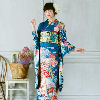 振袖NO:K221/扇が大きく描かれた印象的な一着。桜模様をはじめ、鞠や松も彩られた正統派古典柄に流行のブルーの地色で想い出の一日を鮮やかに。