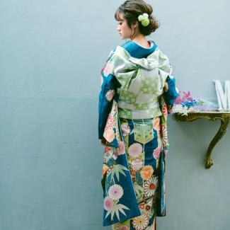 振袖NO:K216/印象に残る鮮やかで華やかなブルーの地色はしっとりと大人な品格に。シルバーの市松模様の帯を合わせてトレンドスタイルに着こなして。