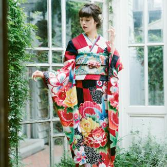 振袖 K224:赤・白・黒の市松の柄がパッと目を引きまさに流行の一着。帯や小物で華やかさをアップし、個性的な色遊びを楽しんでみるのも◎。