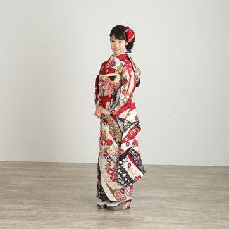振袖NO:M901/深紅の古典柄は永遠の憧れ。熨斗に手鞠と花々が流れる愛らしい柄を、黒の疋田文様がちょっぴり大人っぽく引き締め、二十歳らしい等身大の装いを完成。