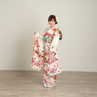 振袖NO:N102/白地に小さい花をちりばめたどこから見ても清楚な一着。 愛らしさを格調高い帯で引き締め、可愛い中にも気品を感じさせる装いに。