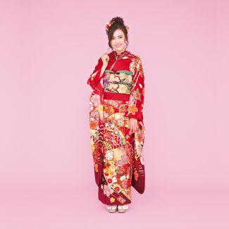 振袖NO:K215/扇面が大きく描かれ印象的な一着。桜模様をはじめ、鞠や松も彩られた正統派古典柄を身にまとい、想い出の一日を艶やかに。