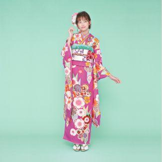 振袖NO:K211/人目をひくチェリーピンクの地色に矢羽模様や梅柄がポップに描かれた、個性的なデザイン。市松模様の帯を合わせてモダンガールな着こなしを。