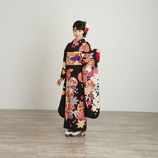 振袖NO:M705/有彩色をもっと引き立てる黒地に、ポップなビタミンカラーで描かれた桜と紅葉のダイナミックな柄が新鮮。きりりとした振袖美人を演出。