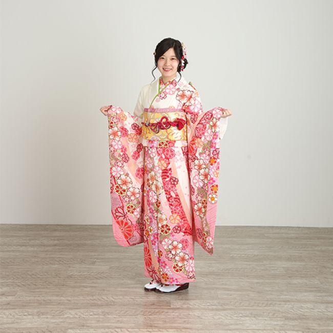 振袖NO:M907/甘いピンク色に染まった桜づくしの鹿子模様。 金糸が引き立つ上品さと大人可愛らしさを演出。