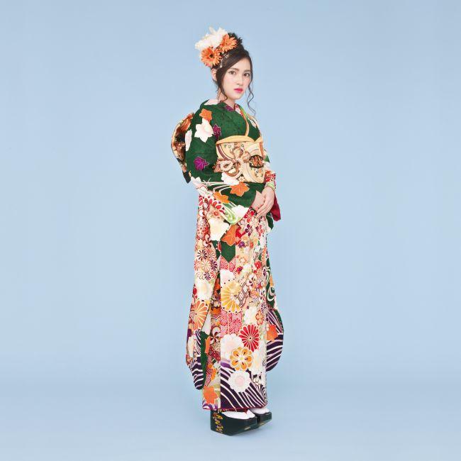 振袖 K221:落ち着いたグリーンの振袖は人気の旬カラー。四季折々の花模様や、個性的な矢羽模様、裾や袖の流水模様が正統派古典のスタイルに。