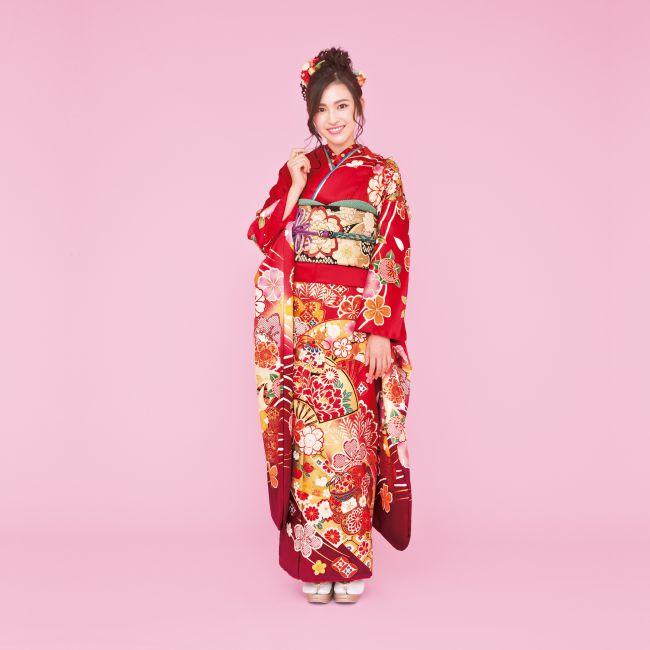 振袖 K215:扇面が大きく描かれ印象的な一着。桜模様をはじめ、鞠や松も彩られた正統派古典柄を身にまとい、想い出の一日を艶やかに。