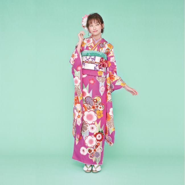 振袖 K211:人目をひくチェリーピンクの地色に矢羽模様や梅柄がポップに描かれた、個性的なデザイン。市松模様の帯を合わせてモダンガールな着こなしを。